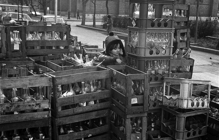 copil cu lazi de sticle la Timisoara