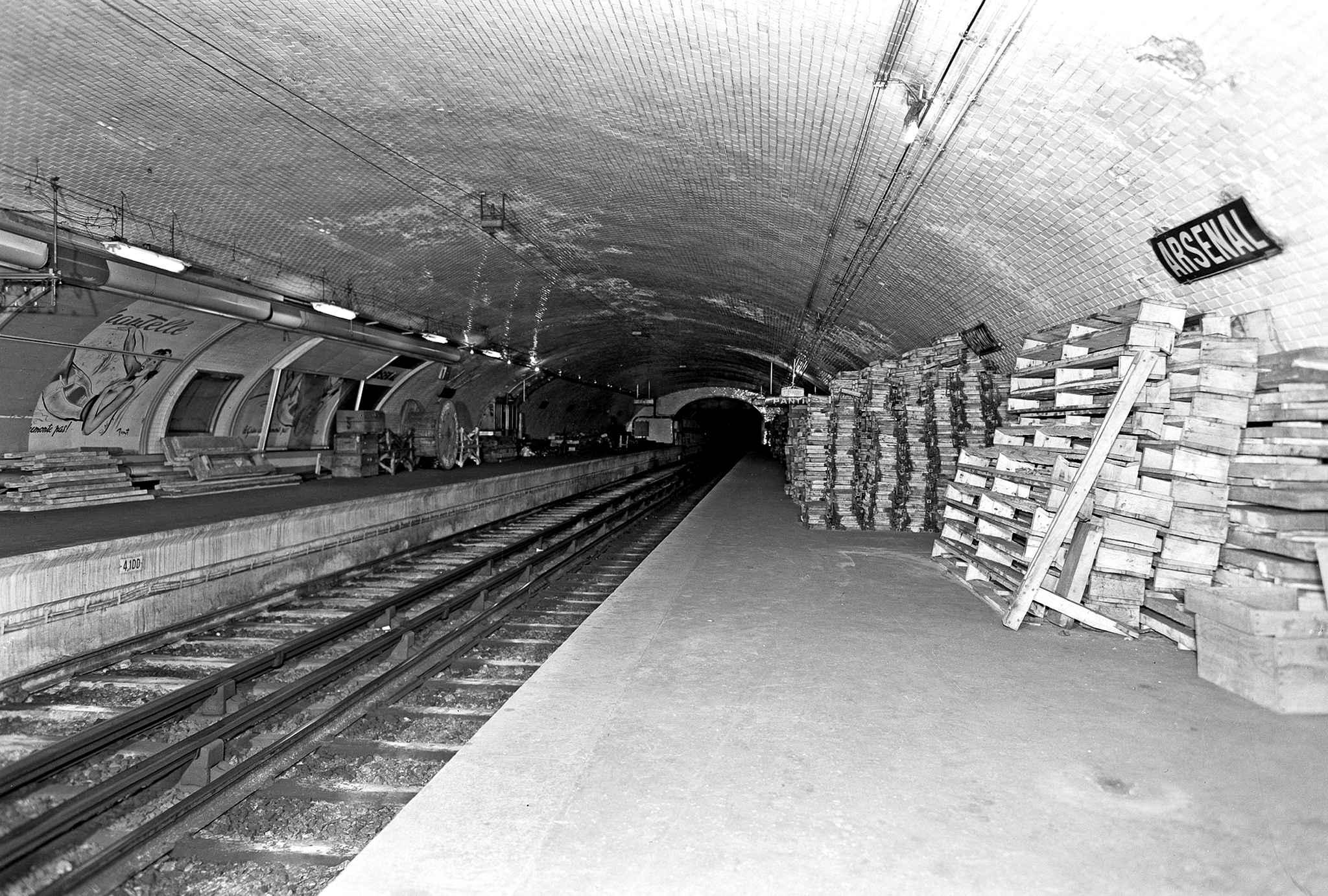 Staţia de metrou Arsenal, deschisă în 1906, închisă în 1939. În prezent serveşte ca spaţiu pentru testări de echipamente tehnice. De asemenea, staţia Arsenal a fost un element-cheie a intrigii filmului La grosse ca
