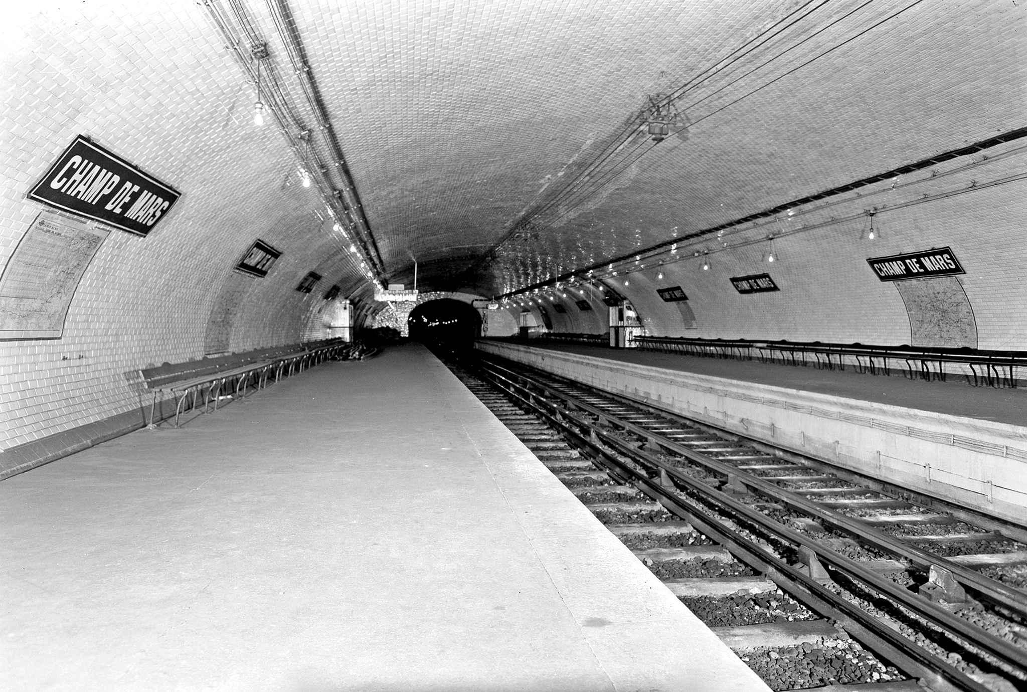 Staţia de metrou Champ de Mars, închisă în 1939 din cauză că genera un trafic foarte slab. Câteva scene din romanul Le Prince blessé (1974), de René Barjavel, se petrec în acest subteran.