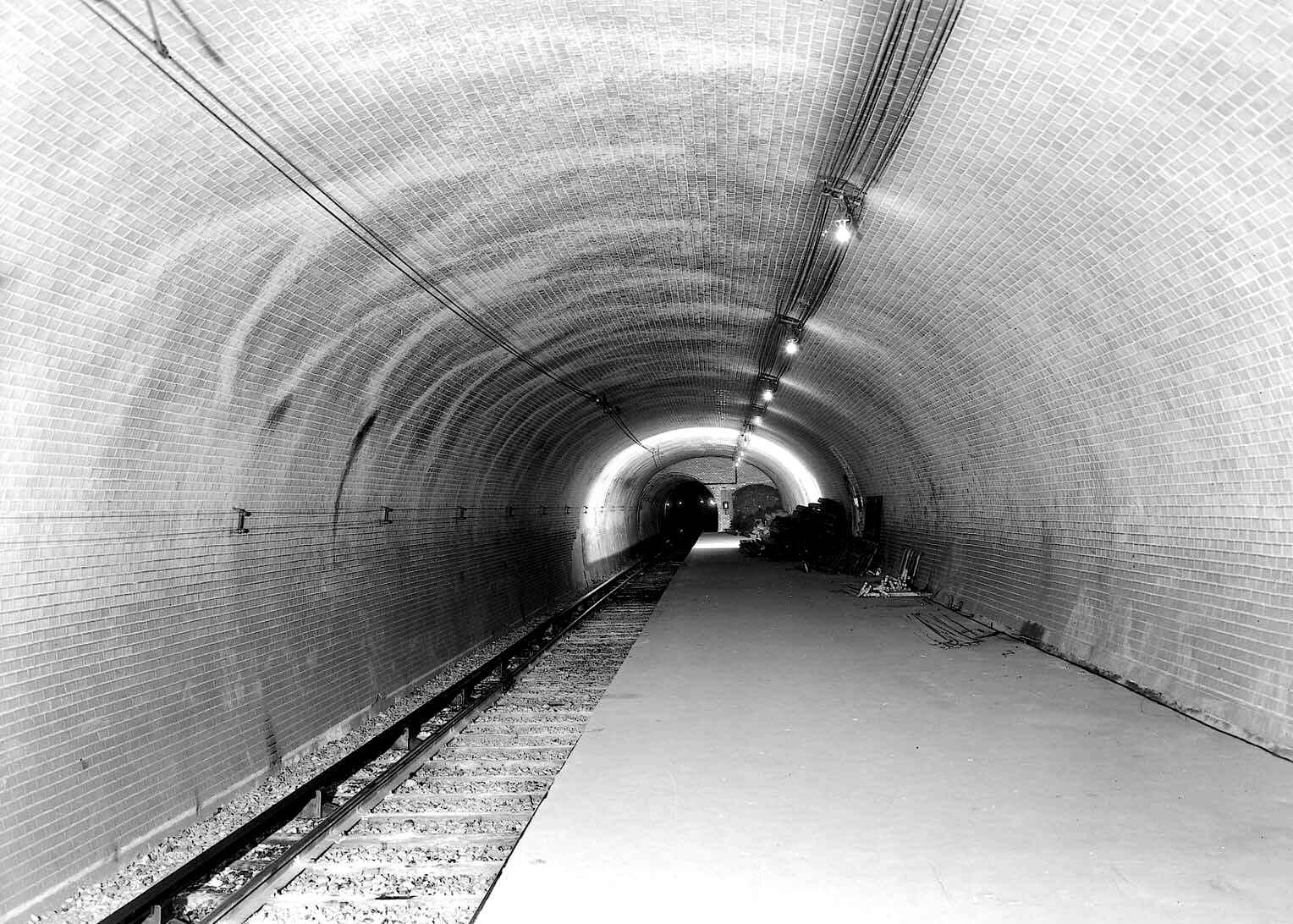 Staţia de metrou Haxo, construită în 1910, nici aici nu a călcat picior de călător. La fel, nu permite acces din exterior. Nu dispune decât de o singură linie. Courtesy of RATP.