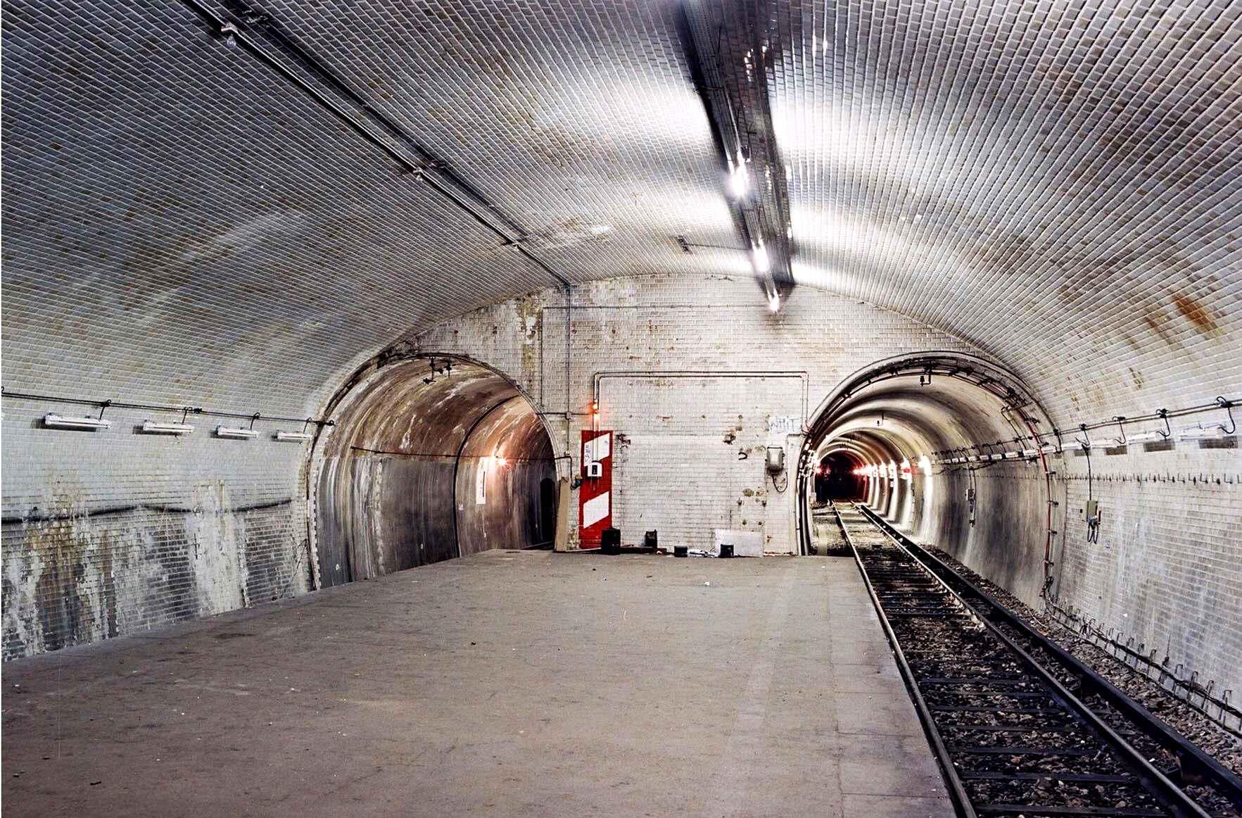 Staţia de metrou Porte Molitor, construită în 1923, e o staţie în care nici un călător nu a pus piciorul. Accesul către staţie nu a fost niciodată finalizat; Porte Molitor e folosită în prezent pe post de depou. Co