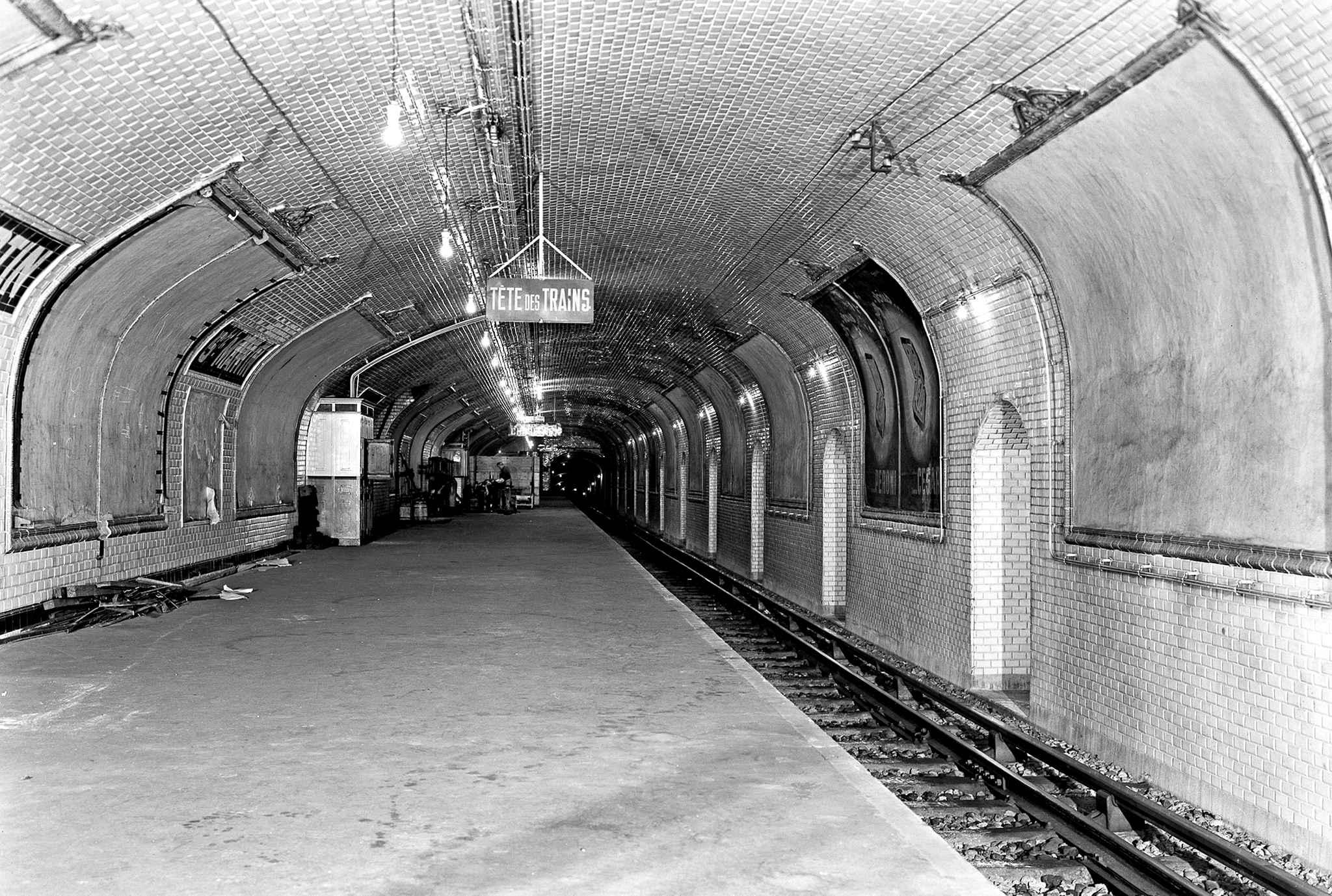 Staţia de metrou Stain-Martin, deschisă în 1928 şi închisă definitiv în 1939. Ridley Scott a filmat aici câteva scene folosite în promovarea filmului Prometheus. Courtesy of RATP